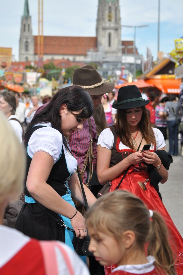 thumb2_munchen---oktoberfest---random---girls2-56996