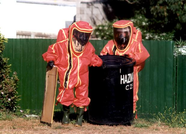 thumb2_men-in-hazmat-suits-43518